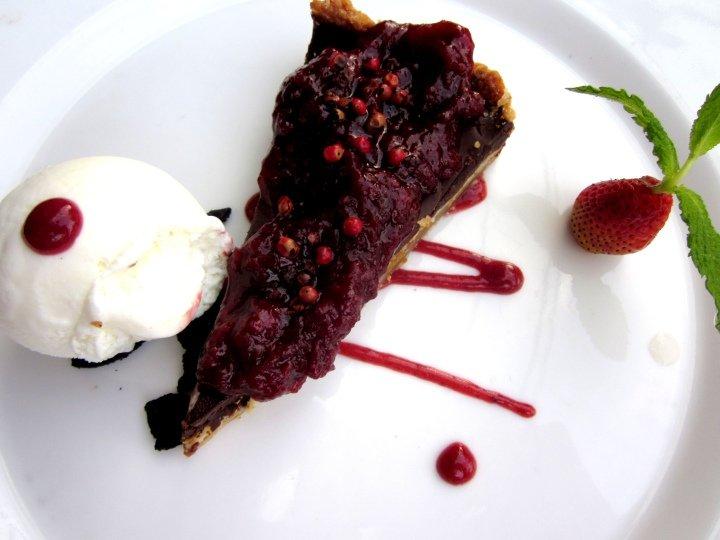 Bonuar - semisweet chocolate cake with strawberries, blackberries - next to Museo de Arte Moderno Medellin