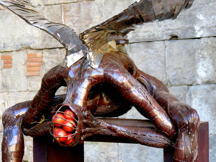 La Ribera district Barcelona - Villa del Arte Galleries - statue