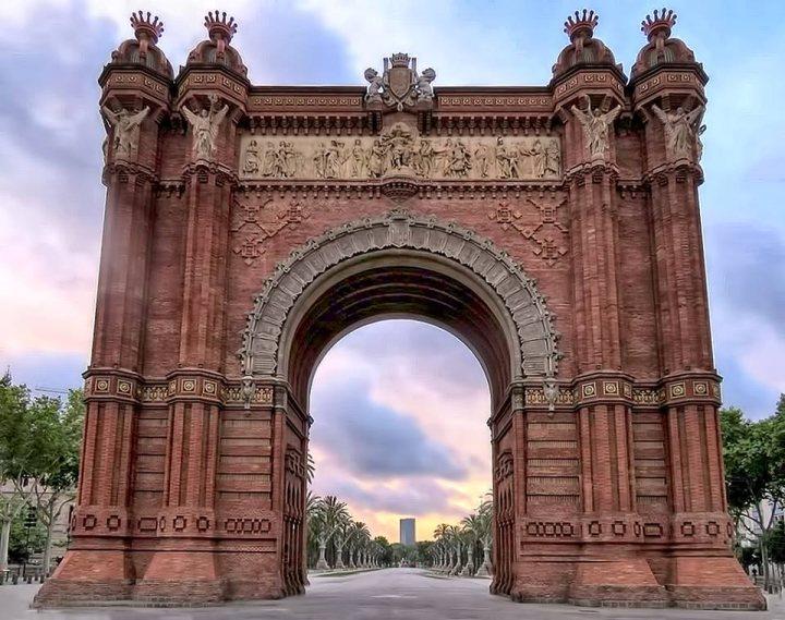 La Ribera district Barcelona - sunrise at Ar de Triomf