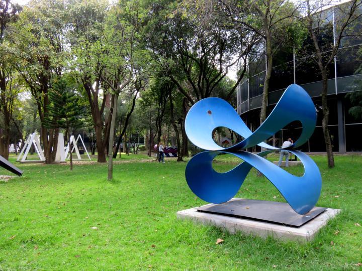 Contemporary art in Mexico City - outdoor sculpture gallery at the Museo de Arte Moderno - Salvador Manzano - Oscilacion tangencial
