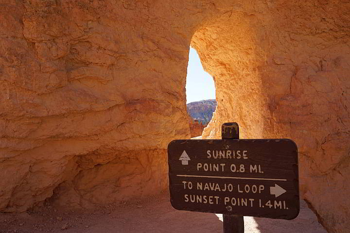 Bryce Canyon trail signs to Sunrise Point and Navajo Loop Trail